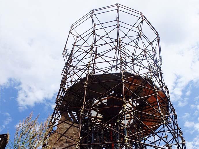 Dopo quella notte di aprile non esite più il campanile del borgo medioevale. Che resiste e continua ad attrarre.
